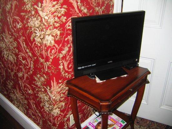 The Mason Cottage Bed & Breakfast Inn : Flat Screen TV Near the Bed