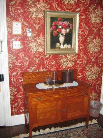 The Mason Cottage Bed & Breakfast Inn: Dresser