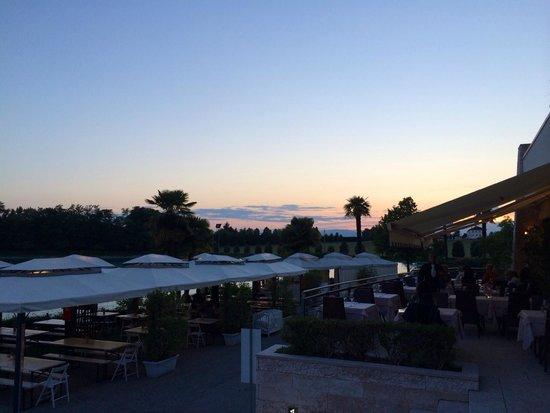 Thai Si Royal Thai Spa & Hotel: Il ristorante ed il lago