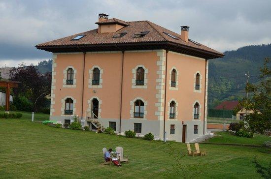 La Casona del Viajante: Vista de la casa desde el jardín