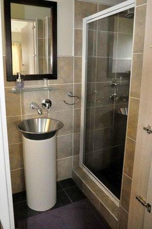 Villa Violet : Modern bathroom