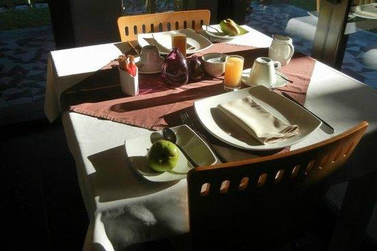 Villa Violet : Breakfast table in morning light
