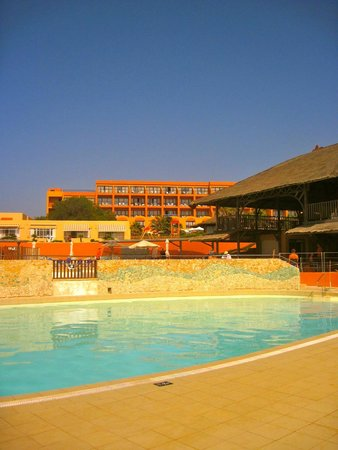 Ramla Bay Resort: pool/bar area