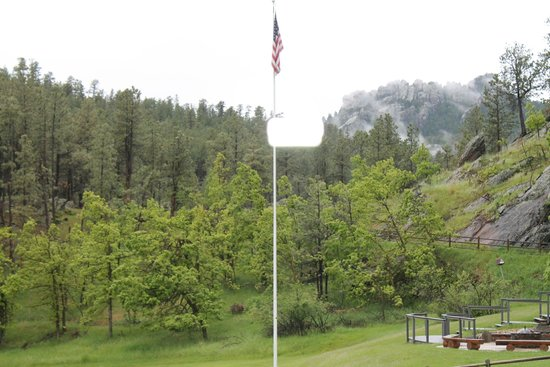 K Bar S Lodge: View from room across meadow - Mt. Rushmore w/. Pres. Washington in background