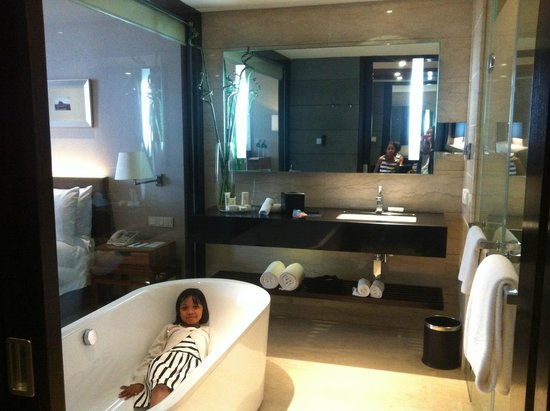 Hilton Bandung: The huge bathroom with separate shower.