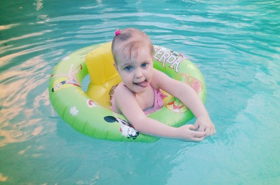 Amaya Lake : my little Elizabeth in pool
