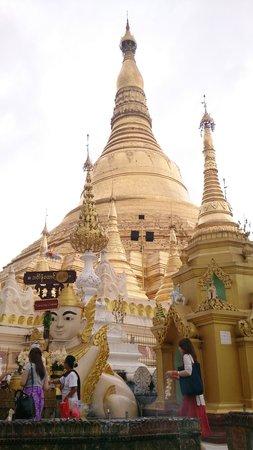 Shwedagon Pagoda: 大金塔一角