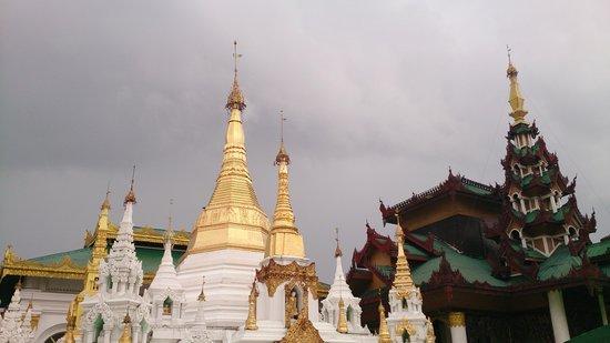 Shwedagon Pagoda: 大金塔一隅