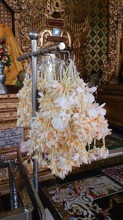 Shwedagon Pagoda: 鮮花在較大型建築物裡都可買到