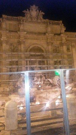 Trevi-Brunnen (Fontana di Trevi): Tristesse devant du plexiglas et des échafaudages.... Le 17/06/2014