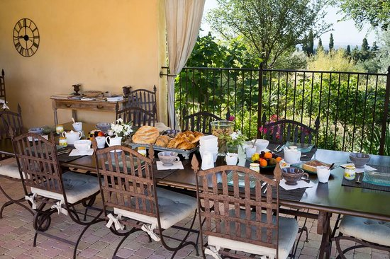 Le Clos Saint Saourde : Table du petit-déjeuner