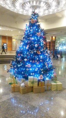 Hilton Dubai Jumeirah Beach: Christmas tree in the lobby