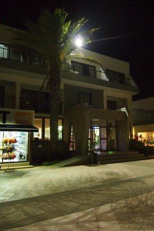 Penelope Beach Hotel: Вход в отель