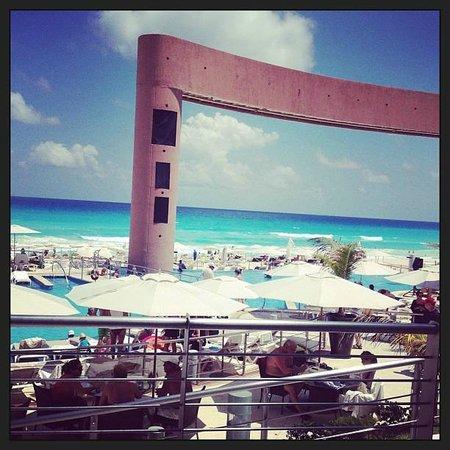 Beach Palace: Vista do restaurante do Hotel (Piscina e praia)