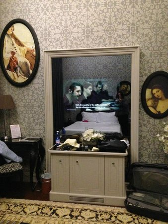 Palazzetto Madonna: Room - TV set behind the mirror