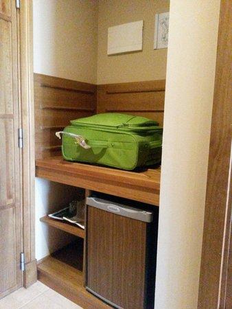 Hotel Fuerte el Rompido: Minibar y balda para la maleta