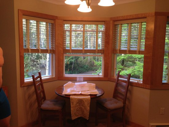 Harvey House B&B: Small Dining Area amidst forest.