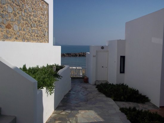 Knossos Beach Bungalows & Suites : Walking towards the sea between the back buildings