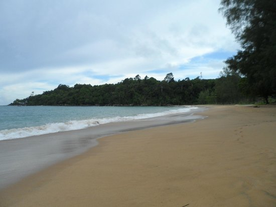 Khao Lak Emerald Beach Resort & Spa: Strandansicht mit hohen Wellen