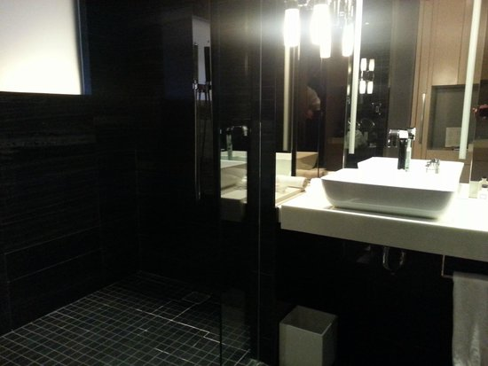 Andaz Wall Street: Bathroom sink and shower on the left