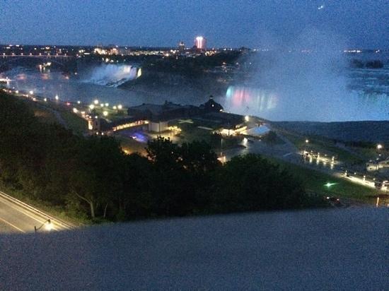 Niagara Falls Marriott Fallsview Hotel & Spa: falls at night – view from window