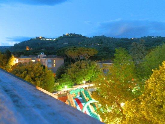 Hotel Cappelli: Вид с балкона вечером.