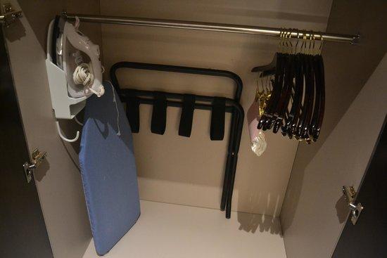 Westin Phoenix Downtown: Wardrobe, iron and ironing board