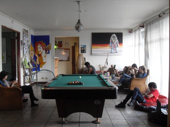 Hostel Bekuo: community room with pool table