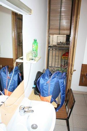 Pension Lourdes : Раковина и балкон