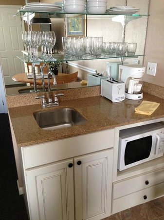 Pier 7 Condominiums: Wet bar in units
