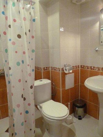 Hotel Devora: bathroom smelled when we first arrived