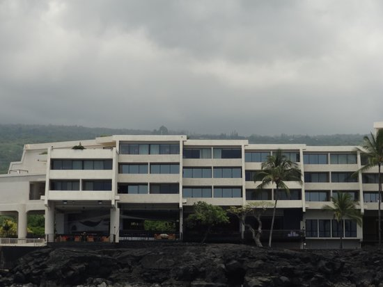 Sheraton Kona Resort & Spa at Keauhou Bay : View of hotel from the ocean
