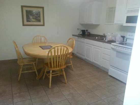 Best Western Lakewinds: Updated kitchen