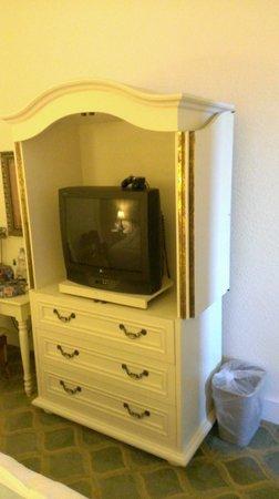 Pelican Grand Beach Resort, A Noble House Resort: Old TV in Suite bedroom