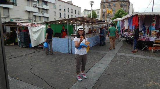 Adagio Paris Porte de Versailles: market in central square