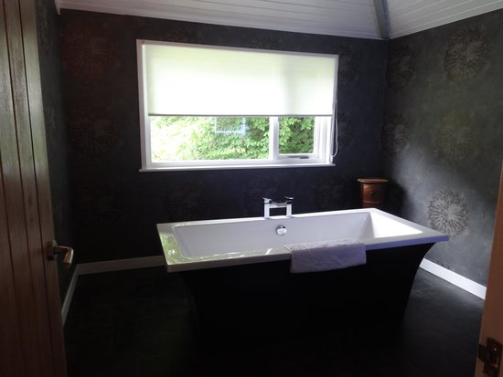 Duisdale House Hotel: cottage bathtub area
