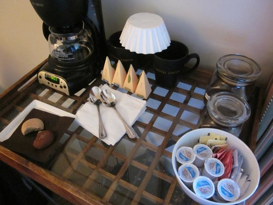 Hotel Cheval: in-room coffee service, cookies