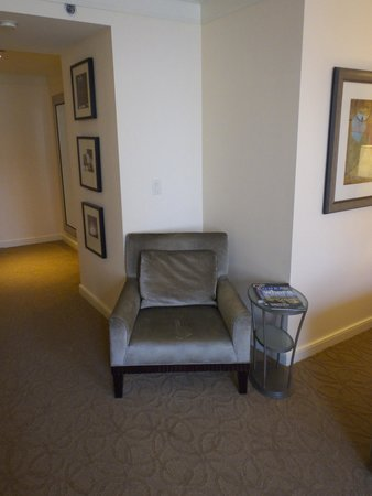 The Gwen, a Luxury Collection Hotel, Chicago: Lounge chair in room