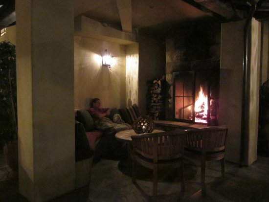 Hotel Cheval: Cozy fireplace nook