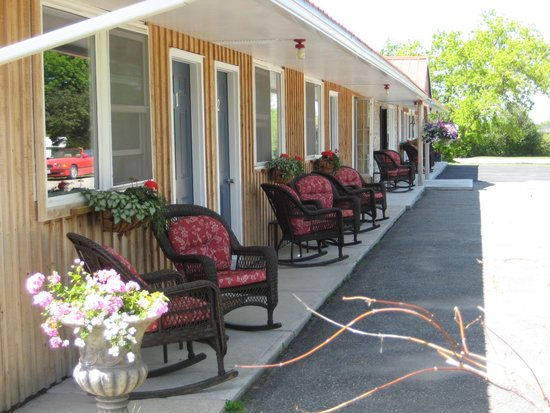 My Friends Inn Manitoulin : Great outdoor seating
