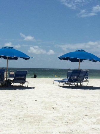 Hilton Marco Island Beach Resort : Beach chairs and umbrellas