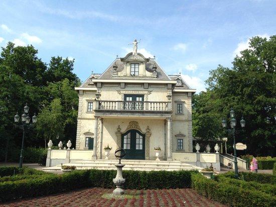 Efteling: Villa Volta, haunted house....it spins!!
