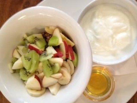 Muj Salek Kavy : Yogur con muesly, frutas y miel