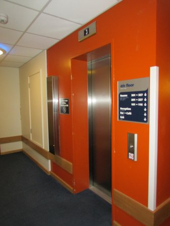 Travelodge Cardiff Central: Elevator Area