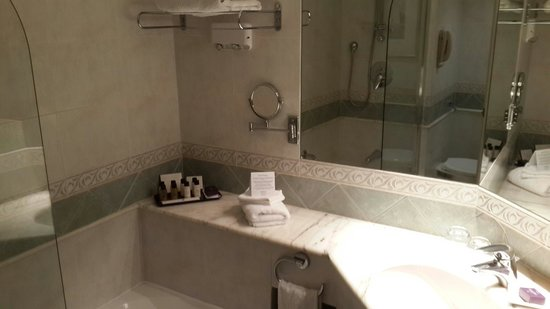 Corinthia Hotel St. George's Bay: Bathroom, a little bit old but clean