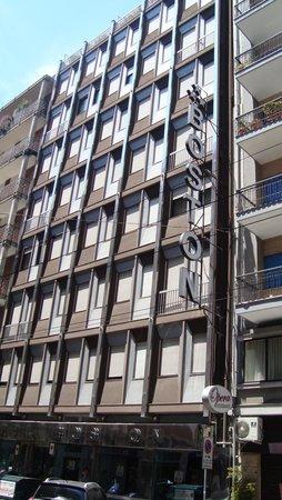 Hotel Boston: 7 этажное здание отеля. Вид с Улицы
