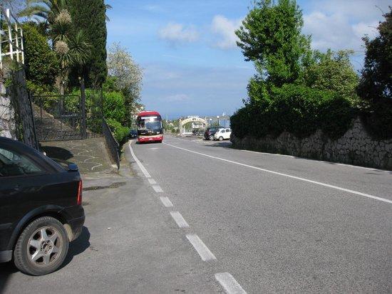 Il Nido Hotel Sorrento: ônibus para Amalfi passando em frente ao hotel, visto do ponto do ônibus