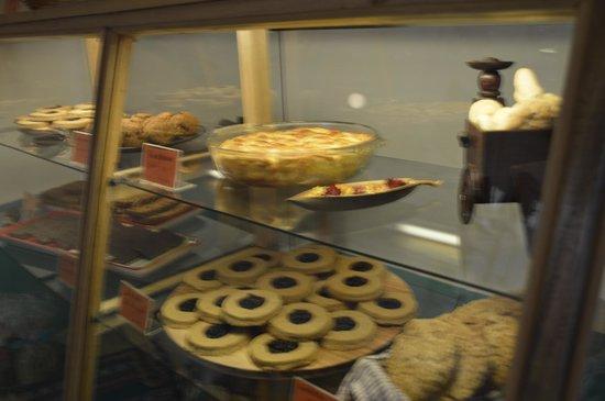 Il Piccolo Forno: Yummy desserts and Calzones