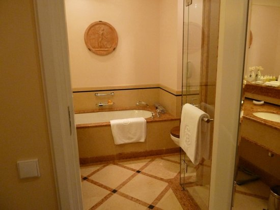 Belmond Grand Hotel Europe: part of the bathroom