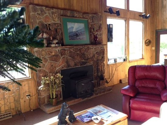 Black Bear Lodge of Grand Lake: fireplace in comfy lobby